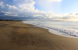 Plaża i morze przy zmierzchem, Piękna Naturalna scena 2 Obrazy Royalty Free