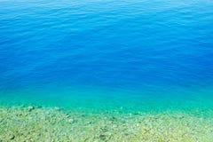 Plaża i piękny tropikalny morze Ciepły lata morze z błękitnym wate Zdjęcia Stock
