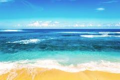 Plaża i piękny tropikalny morze Ciepły lata morze z błękitnym wate Zdjęcia Royalty Free