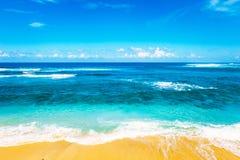 Plaża i piękny tropikalny morze Karaibski lata morze z błękitem Obraz Stock