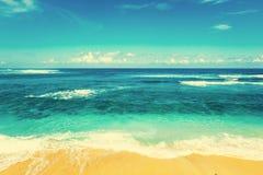 Plaża i piękny tropikalny morze Karaibski lata morze z błękitem Obrazy Stock