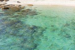 Plaża i Przejrzysty jasny morze ukazujemy się z fala odbiciem Zdjęcie Stock