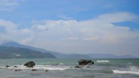 Plaża jest wietrzna, skalisty zbiory