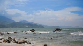 Plaża jest wietrzna, skalisty zbiory wideo