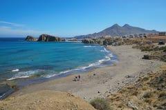 Plaża Los Angeles Isleta Del Moro Almeria Hiszpania i wioska fotografia stock