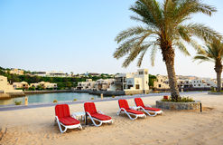 Plaża luksusowy hotel podczas zmierzchu obrazy stock