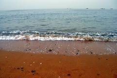 Plaża, morze, łódź rybacka w odległości fotografia royalty free