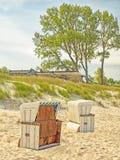 Plaża morze bałtyckie blisko Ahrenshoop z plażowymi krzesłami i pokrywającym strzechą domem Fotografia Royalty Free