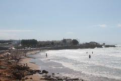 Plaża, morze i ludzie pływać, Obrazy Stock
