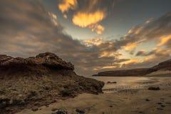 Plaża na Canarian wyspie z ciemnymi chmurami obrazy stock