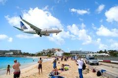Plaża obserwuje niskiego latającego samolotu lądowanie blisko Maho plaży Zdjęcie Royalty Free