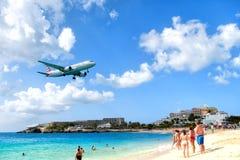 Plaża obserwuje niskiego latającego samolotu lądowanie blisko Maho plaży Fotografia Stock