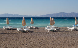 Plaża pasiasty parasol i holów krzesła obraz stock