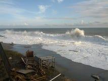 Plaża pełno gruzy po burzy Zdjęcia Royalty Free