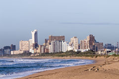 Plaża Przeciw Durban miasta linii horyzontu w Południowa Afryka Fotografia Stock