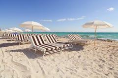 plaża przewodniczy kolorowych holu południe parasole zdjęcie stock