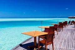 plaża przewodniczy tropikalnych restauracyjnych stoły zdjęcia stock