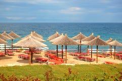Plaża przy nowożytnym luksusowym hotelem Zdjęcia Stock