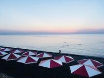 Plaża przy półmrokiem fotografia stock