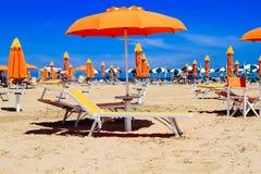 Plaża Rimini, Włochy Pomarańczowi parasole i bryczka hole Zdjęcie Royalty Free