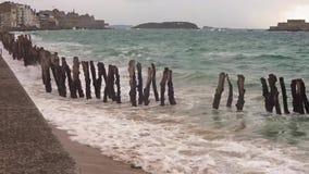 Plaża Saint Malo przy przypływem na burzowym dniu w lecie zbiory wideo