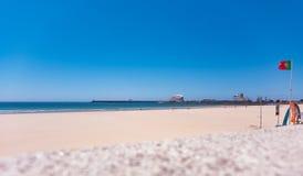 Plaża w Matosinhos, Porto, Portugalia z ścianą w przedpolu i portugalczyk, zaznaczamy na dobrze fotografia stock