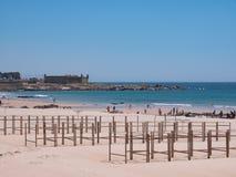 Plaża w Matosinhos, Porto, Portugalia z plażowymi bud ramami w przedpolu i sera Grodowym fortem w tle obrazy stock