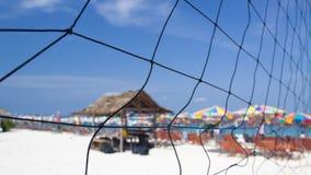 Plaża w zwrotnikach z słońc łóżkami Zdjęcie Stock