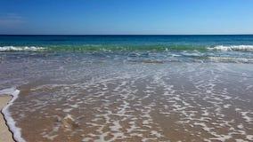 Plaża z świeżymi odciskami stopy myjącymi daleko od zbiory