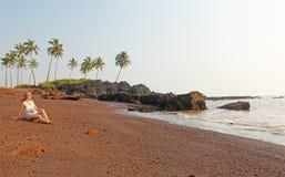 Plaża z czarnymi drzewkami palmowymi i piaskiem Ciemnego brązu powulkaniczny piasek a zdjęcia royalty free