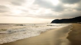 Plaża z falami i złotym światłem fotografia royalty free