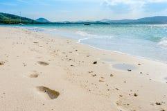Plaża z odciskami stopy na słonecznym dniu Zdjęcie Royalty Free
