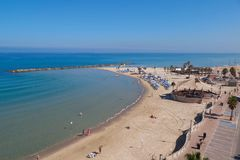 Plaża z turystami Morze Śródziemnomorskie, Netanja, Izrael Fotografia Stock