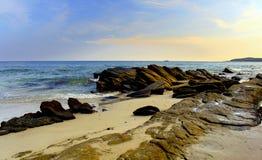 Plaże są i niebieskim niebem pięknymi, naturalnymi, obraz stock