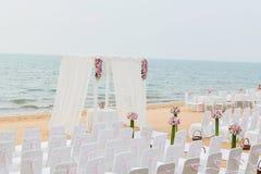 Plażowa Ślubna ceremonia na plaży z morzem i niebie w romantycznym zdjęcie royalty free