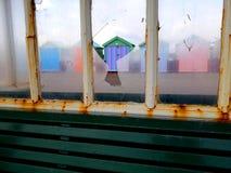 Plażowa buda widzieć przez roztrzaskującego okno Zdjęcia Stock