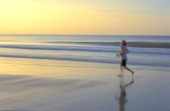 plażowa chodząca kobieta Obraz Royalty Free