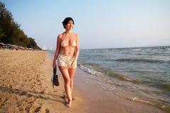 plażowa chodząca kobieta Zdjęcie Royalty Free