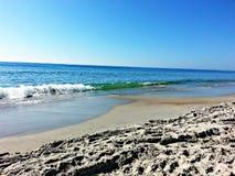 plażowa dzień dziewczyny mała przyglądająca woda Zdjęcie Royalty Free