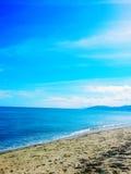plażowa dzień dziewczyny mała przyglądająca woda Zdjęcia Royalty Free