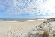 plażowa dzień dziewczyny mała przyglądająca woda Obrazy Royalty Free