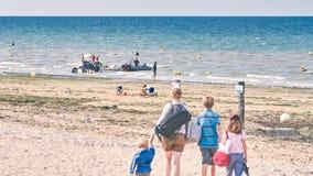plażowa dzień dziewczyny mała przyglądająca woda Fotografia Royalty Free