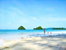 plażowa dzień dziewczyny mała przyglądająca woda obraz stock