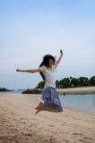 plażowa dziewczyna skacze zdjęcie royalty free