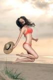 plażowa dziewczyny kapeluszu słoma Zdjęcia Royalty Free