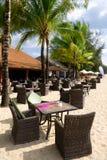 Plażowa kawiarnia z stołami i krzesłami na piasku Zdjęcia Stock