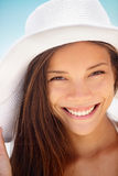 Plażowa kobieta ono uśmiecha się - etniczna dziewczyna Zdjęcia Royalty Free
