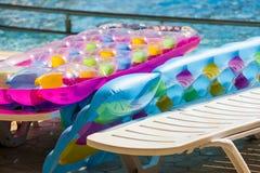 Plażowa nadmuchiwana materac na krawędzi basenów. zdjęcia royalty free