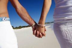 plażowa para wręcza mienia zdjęcie stock