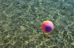 Plażowa piłka na powierzchni woda zdjęcia stock